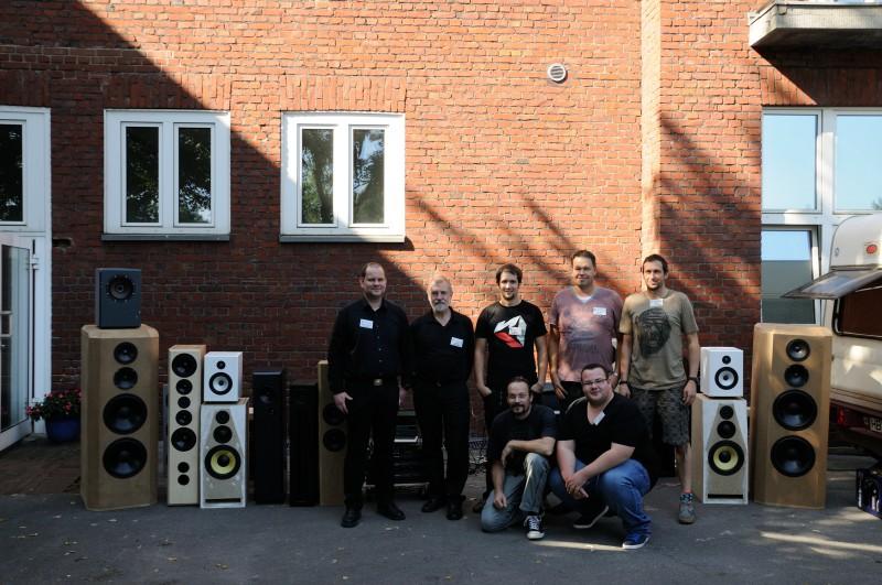 Gruppenbild mit Lautsprecher